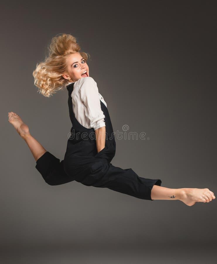 芭蕾跃迁的秀丽白肤金发的妇女 免版税库存照片
