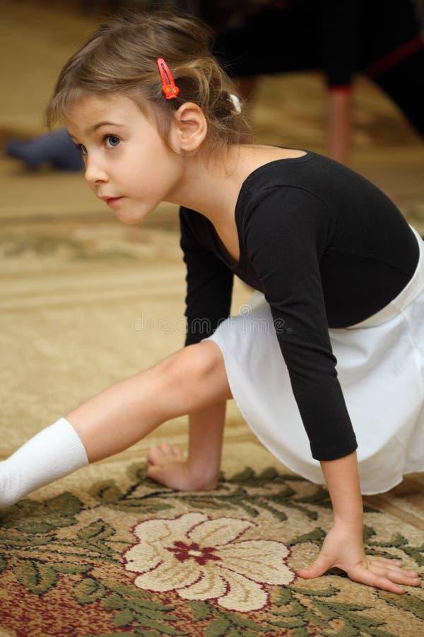 芭蕾选件类楼层女孩一点坐 库存照片