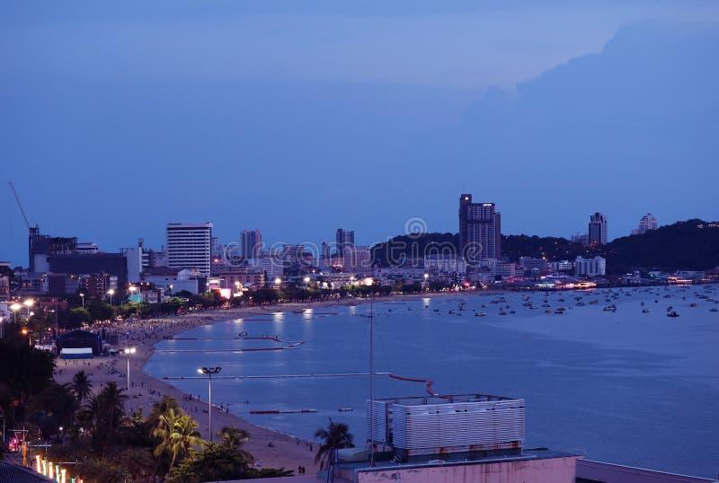 芭达亚海滩在晚上,泰国的芭达亚市全景鸟瞰图  免版税库存照片