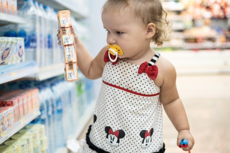 芭达亚,泰国- 2019年5月19日:孩子在商店买食物 孩子在超级市场选择食物 图库摄影