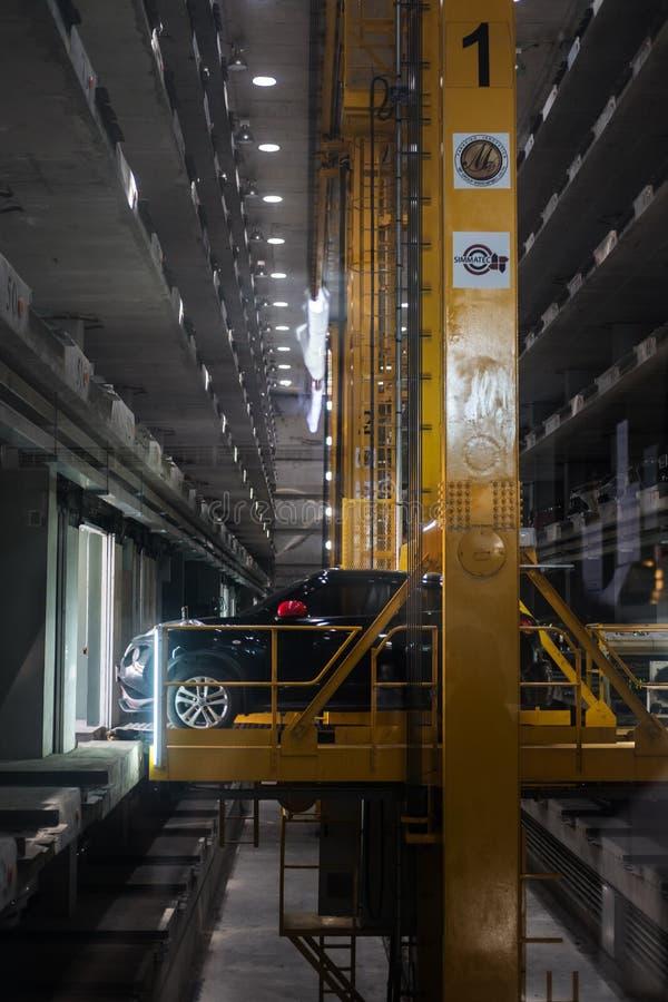 芭达亚,泰国- 7月20日-自动地下汽车停车场内部,在芭达亚,泰国在2017年7月20日 免版税库存图片
