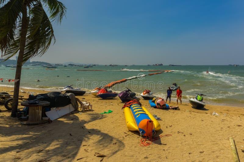 芭达亚,泰国- 10月13,2018:海滩游人放松和游泳那里 免版税库存图片