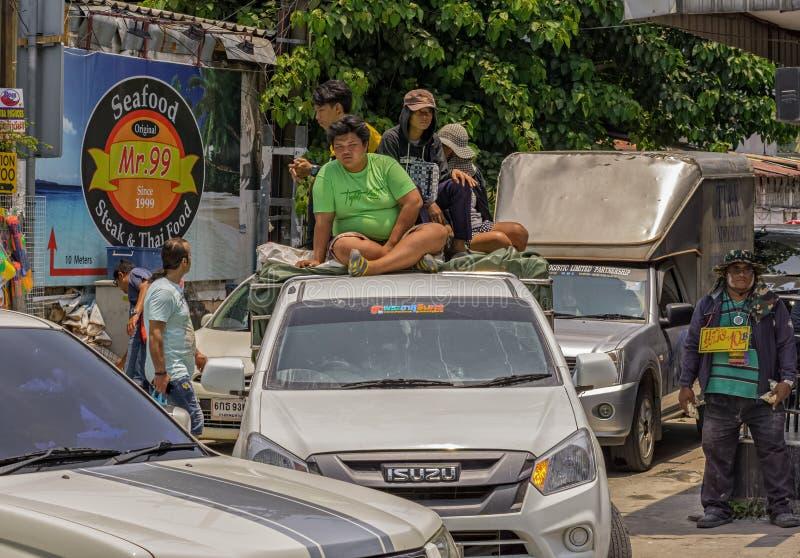 芭达亚,泰国- 4月15,2018:美芝路A小组年轻泰国人准备themselfes庆祝Songkran 库存图片