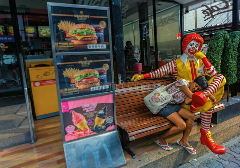 芭达亚,泰国- 4月20,2018:走的街道这麦克唐纳在方向到港口巴厘岛Hai 免版税库存图片