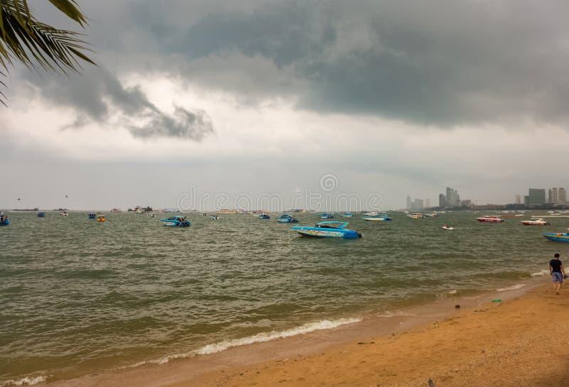 芭达亚,泰国- 10月24,2018:通常海滩游人放松和游泳那里 图库摄影