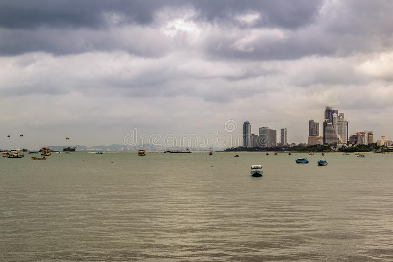 芭达亚,泰国- 4月30,2018:靠海滨的游人放松并且游泳那里 库存照片
