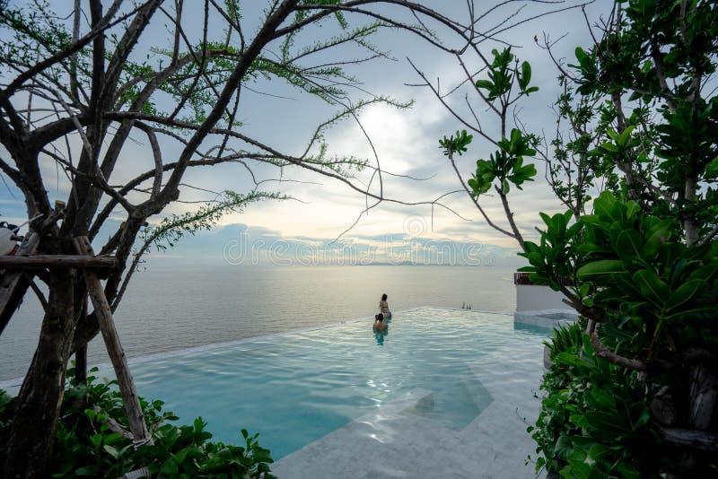 芭达亚,豪华的泰国- 2019年6月3日:游泳场和大海在手段有美好的海视图在u jomtien芭达亚 免版税库存图片