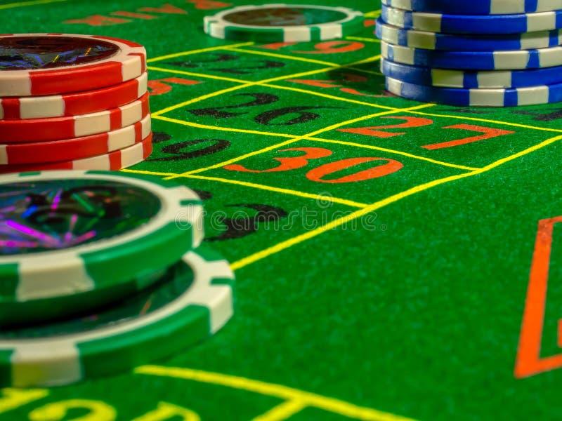 芯片和模子演奏的桌赌博的啤牌轮盘赌大酒杯和休息 免版税库存图片