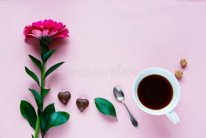花、咖啡和巧克力 免版税库存图片