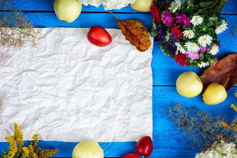 花、果子、莓果和纸片 免版税图库摄影