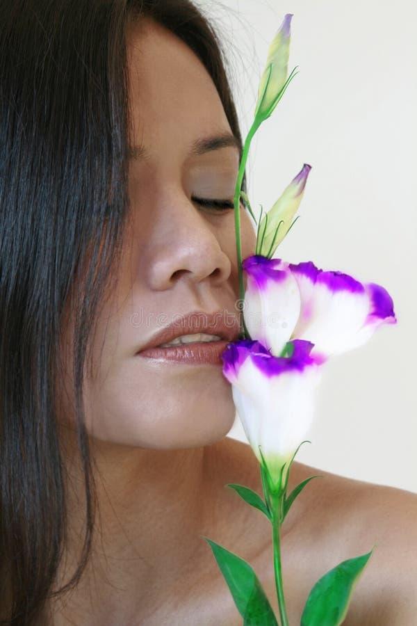 花亲吻妇女 库存图片