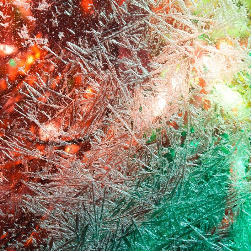 花冰 弗罗斯特花 冻结视窗 冬天在窗口里 圣诞灯在视窗里 照明 库存照片