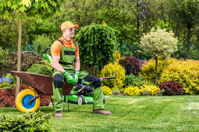 花匠在独轮车放松 免版税图库摄影