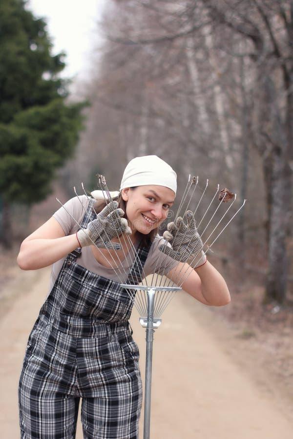 花匠或农夫妇女在一农村路和看thro站立 库存图片