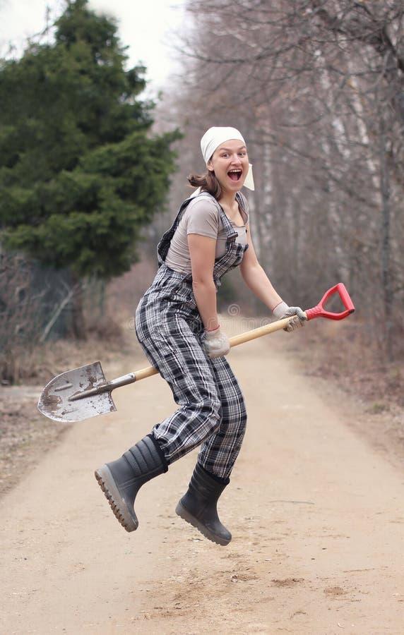花匠或农夫妇女在一把锹飞行,象bro的一个巫婆 免版税库存图片