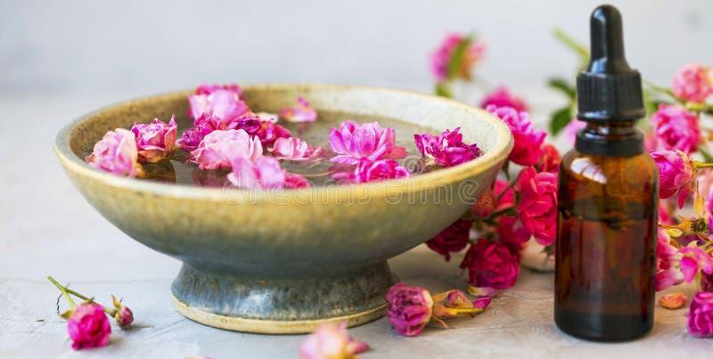 花卉奉承话并且玫瑰油,秀丽治疗,与玫瑰油的温泉静物画 免版税库存照片