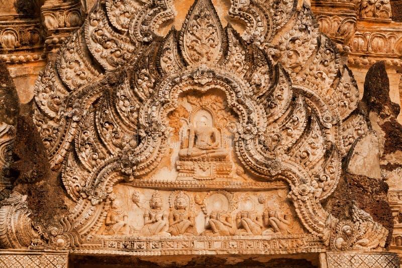 花卉样式和菩萨形象在古庙石安心在泰国 免版税库存照片