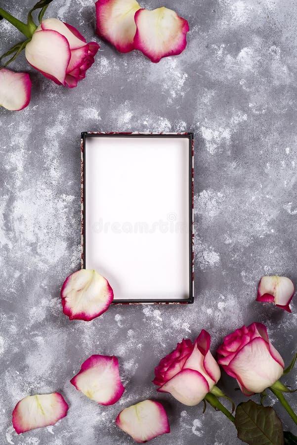 花卉框架:桃红色白玫瑰花束在石背景的与文本的拷贝空间 库存图片