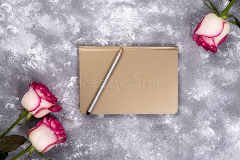 花卉框架:桃红色白玫瑰花束在石背景的与文本的拷贝空间 免版税库存图片