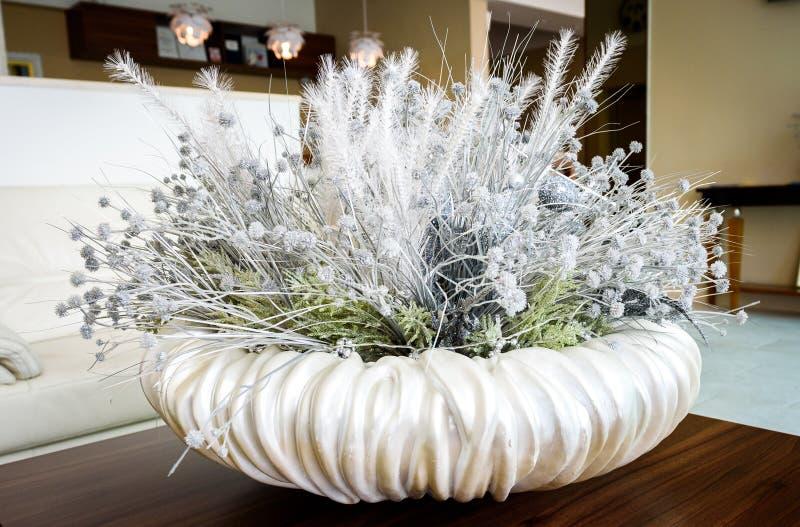 花卉白色桌装饰在旅馆大厅招待室 库存照片