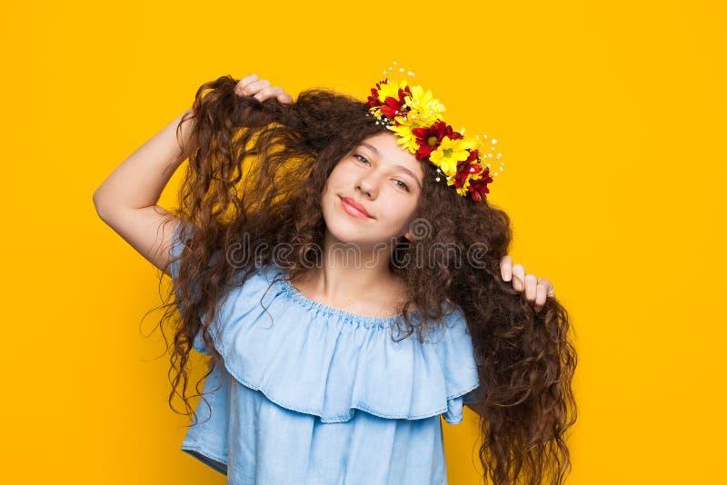 花卉花圈的嬉戏的女孩 库存图片