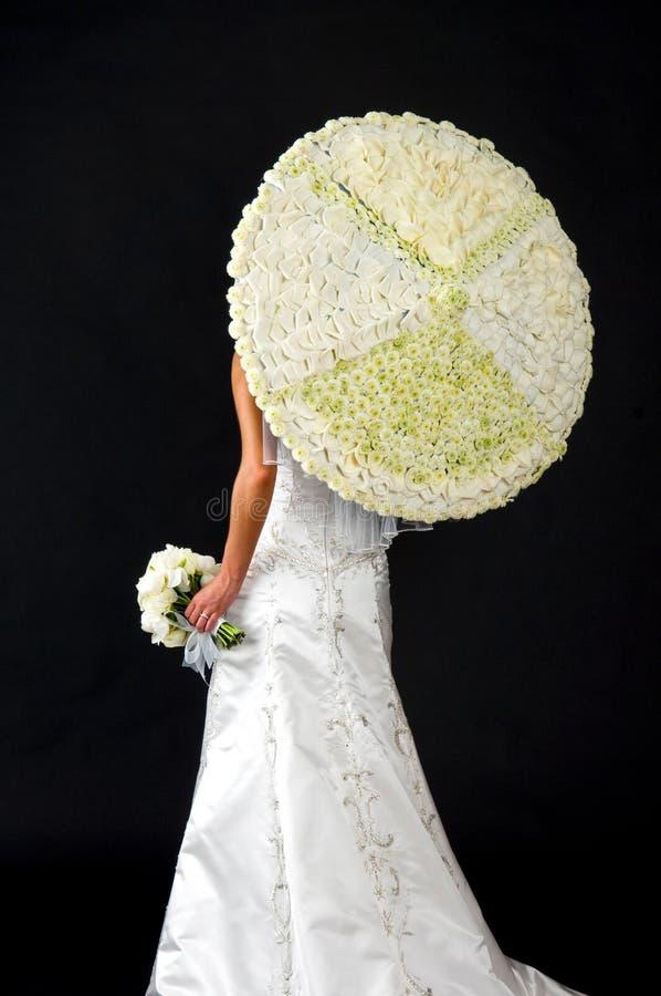 花卉花束新娘她的parisol 免版税库存照片