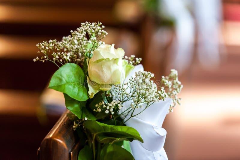 花卉装饰在木长凳的教会里 库存图片