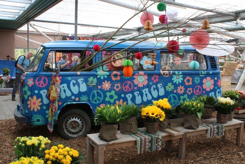花卉装饰的露营者货车,库肯霍夫庭院 免版税库存图片