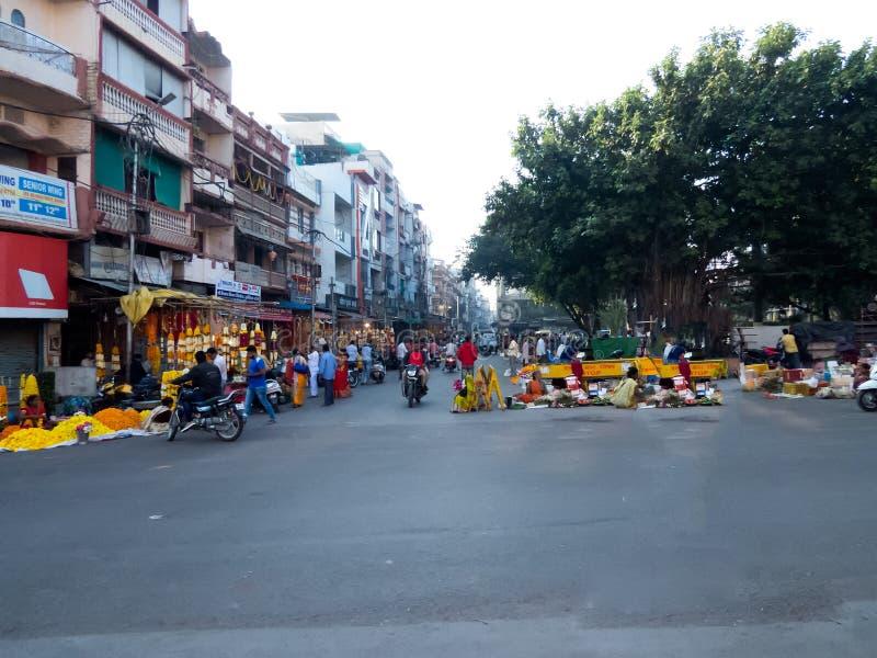 花卖主在繁忙的印度市场上在前diwali早晨 免版税库存图片