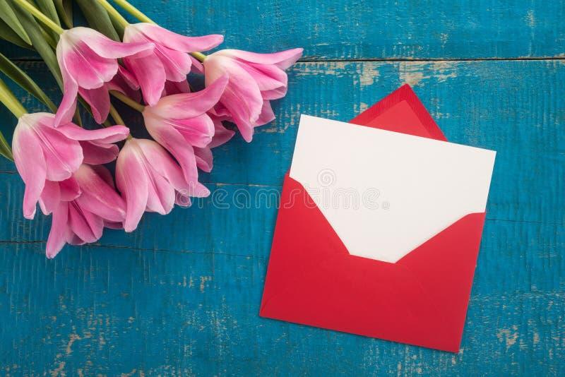 花和信封 库存照片