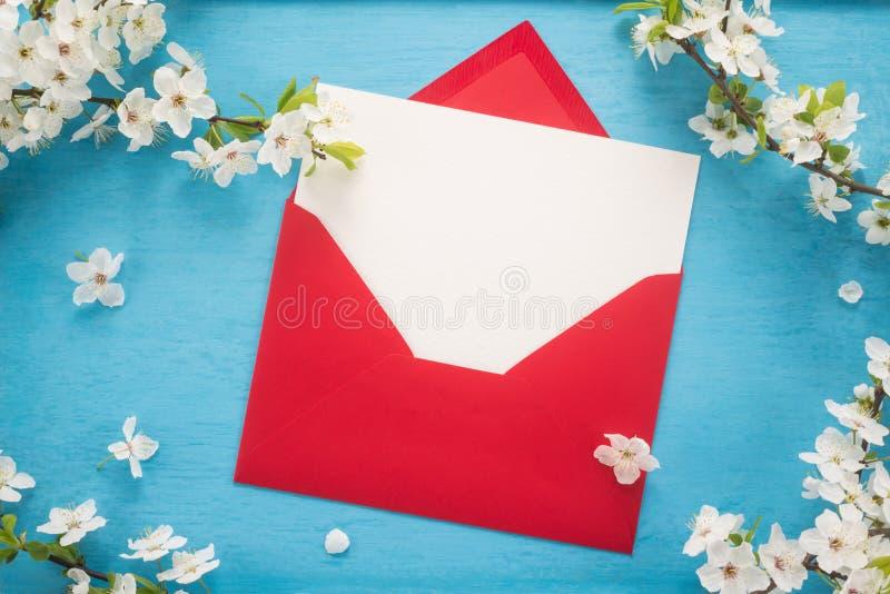 花和信封 图库摄影