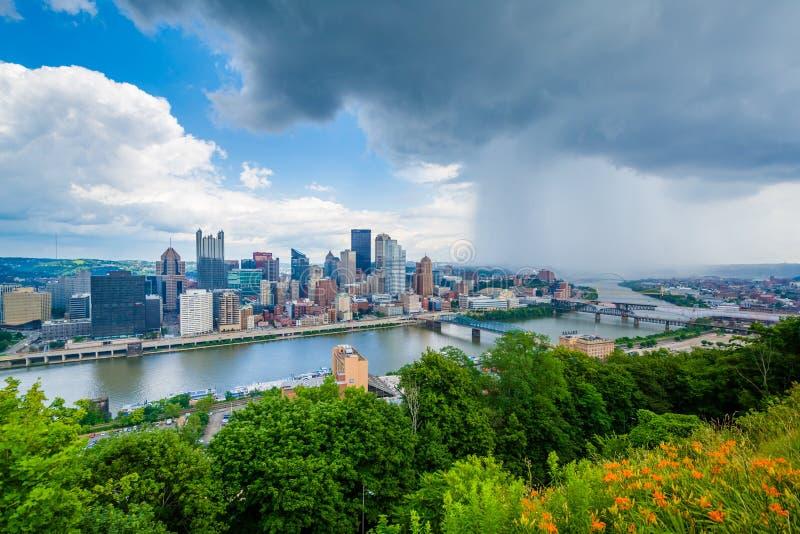 花和匹兹堡地平线的风雨如磐的看法,从华盛顿山,匹兹堡,宾夕法尼亚 库存图片