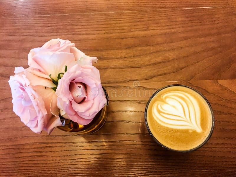 花和咖啡在木桌上 免版税图库摄影