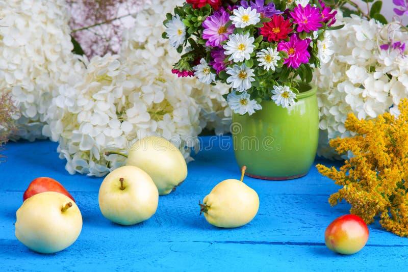 花和果子在一张木桌上 库存图片