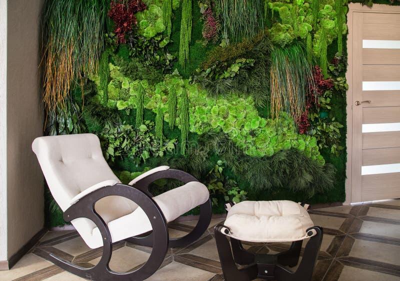 花和植物墙壁垂直庭院 议院室内设计 库存照片