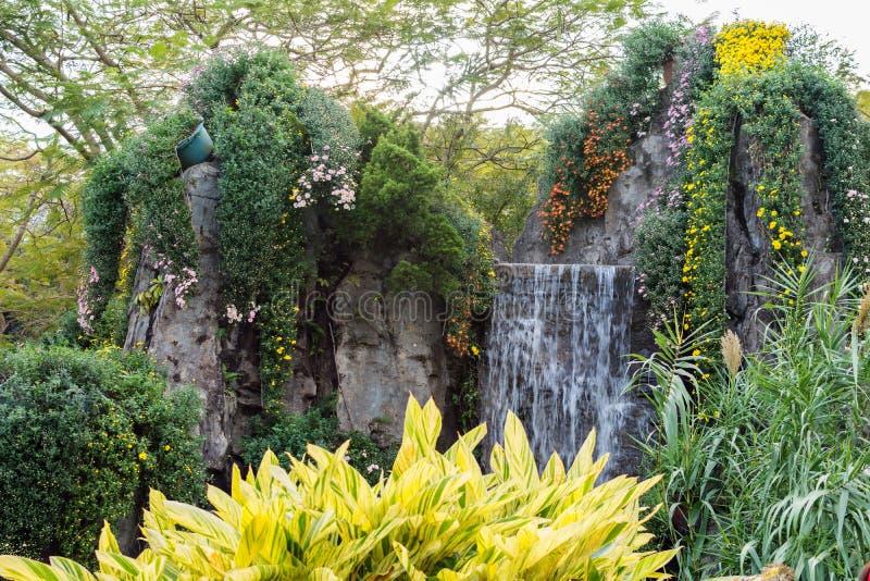 花和瀑布庭院  库存图片