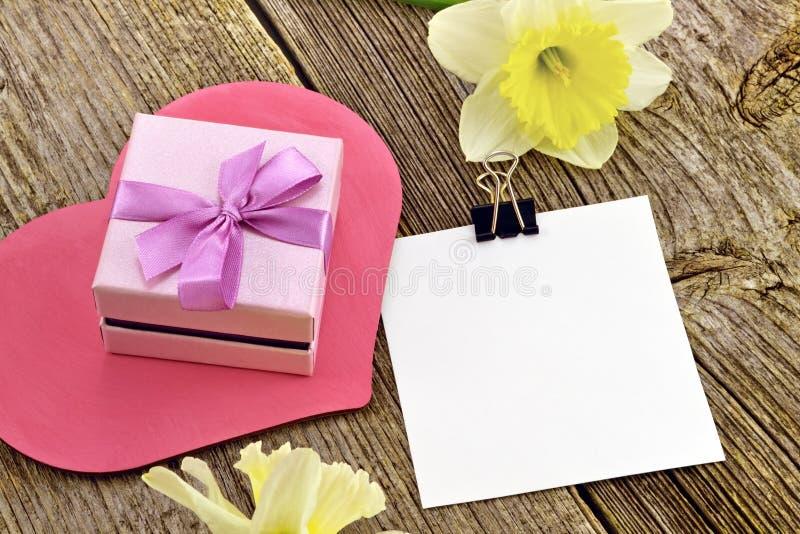 花和笔记礼物  免版税库存照片