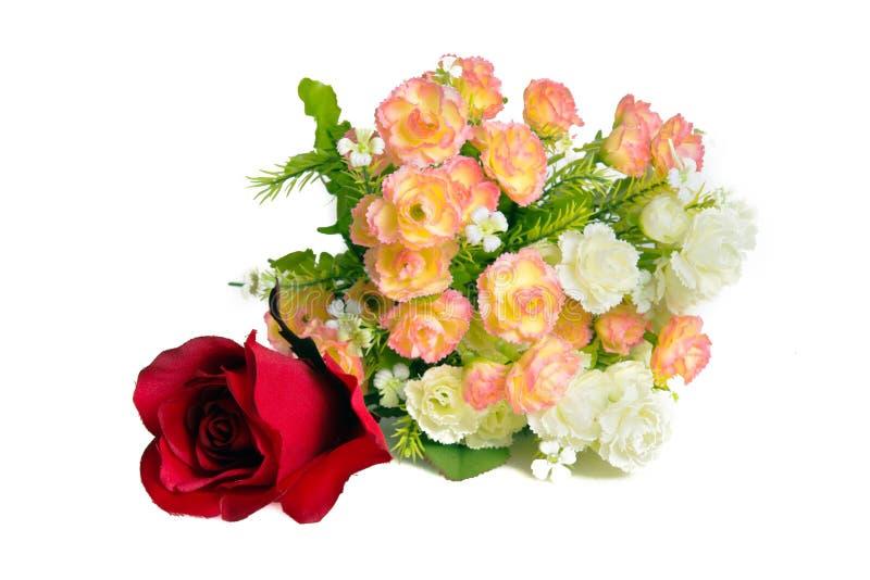 花和红色玫瑰安排装饰孤立的 免版税库存照片