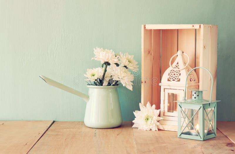 花和葡萄酒灯笼夏天花束在木桌上有薄荷的背景 葡萄酒被过滤的图象 图库摄影