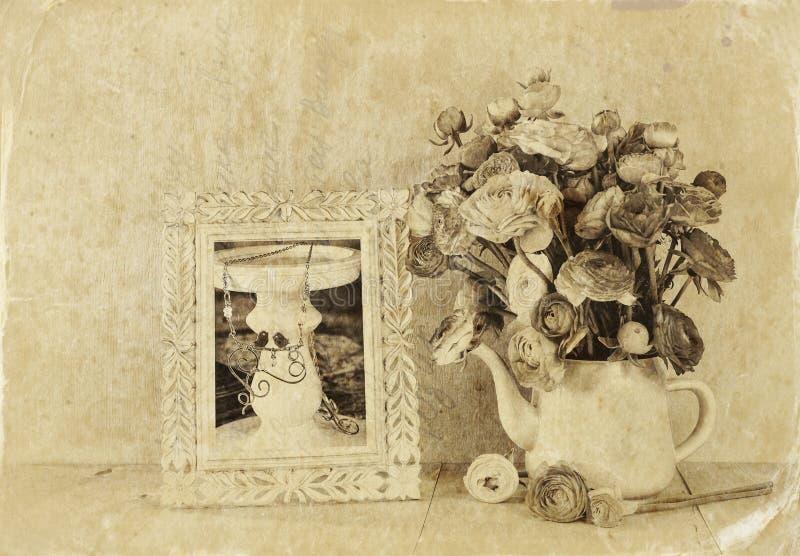 花和维多利亚女王时代的框架夏天花束在木桌上有薄荷的背景 葡萄酒被过滤的图象 黑白st 库存照片
