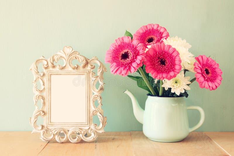 花和维多利亚女王时代的框架夏天花束在木桌上有薄荷的背景 葡萄酒被过滤的图象 库存照片