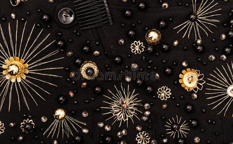 花和黑头粉刺金黄刺绣在织品 库存图片