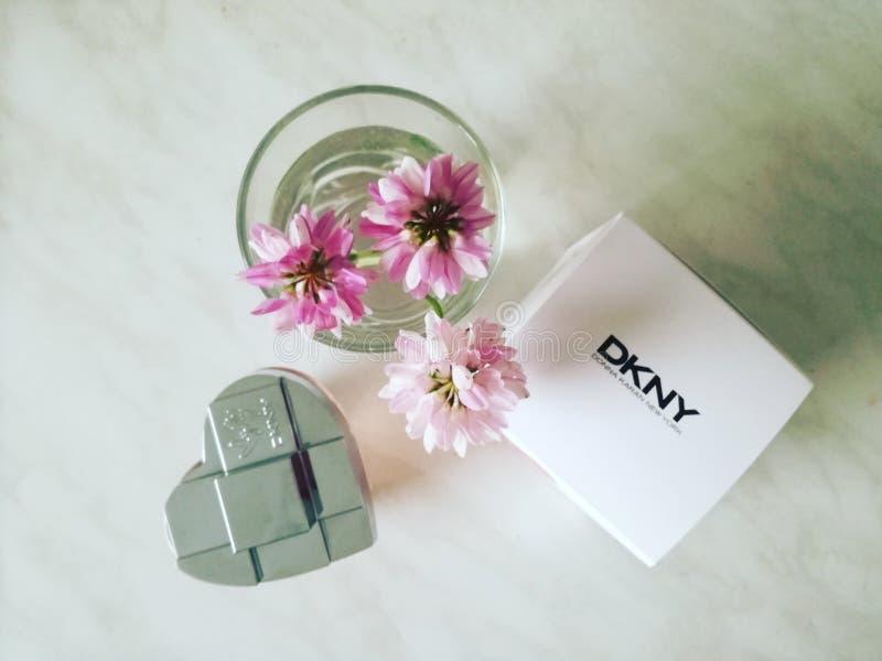 花和parfum DKNY 免版税库存图片