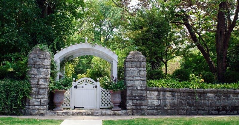 花园大门石墙 免版税库存照片