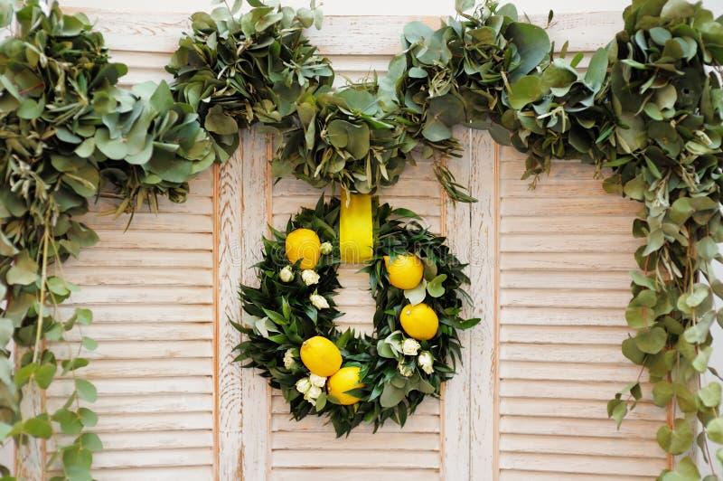 花圈由月桂树叶子、玫瑰和柠檬制成 库存图片