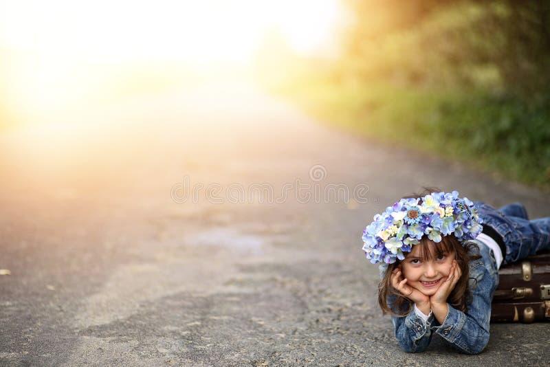 花圈的女孩 免版税图库摄影