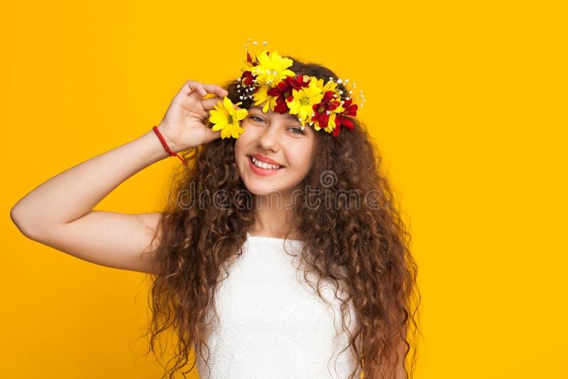 花圈的快乐的女孩 免版税库存图片