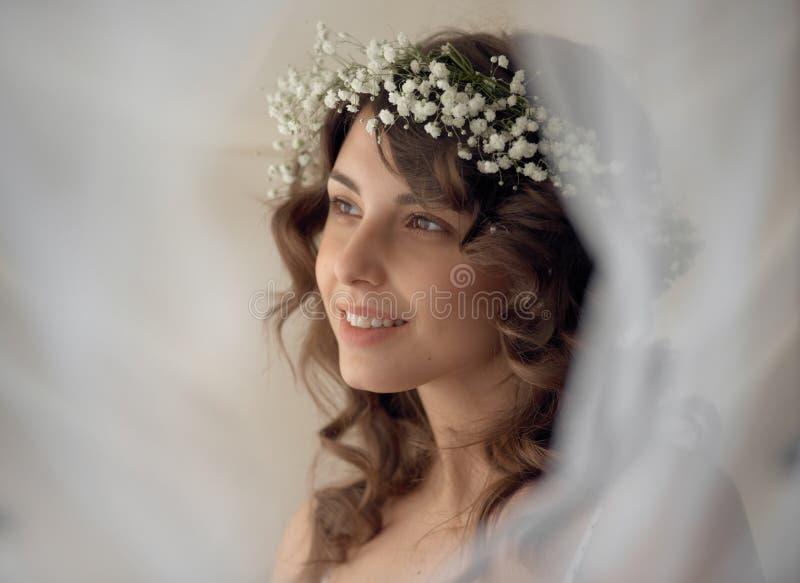 花圈的肉欲的微笑的妇女 图库摄影
