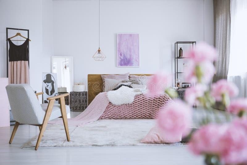 花在别致的桃红色卧室 免版税库存照片