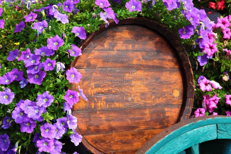 花在博若莱红葡萄酒地区装饰了酒推车 库存照片